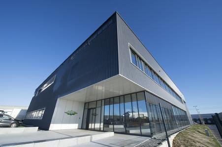 Mit seiner sehr ansprechenden Architektur dient die SCHAUFLER Academy zugleich als neues repräsentatives Empfangsgebäude des Produktionsstandorts Rottenburg-Ergenzingen, des internationalen Kompetenzzentrums für Schraubenverdichter von BITZER.