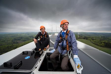 ABO Wind-Vorstand Jochen Ahn fuhr mit Umweltministerin Lucia Puttrich auf den 140 Meter hohen Turm der Anlage und genoss mit ihr zusammen die beeindruckende Fernsicht.