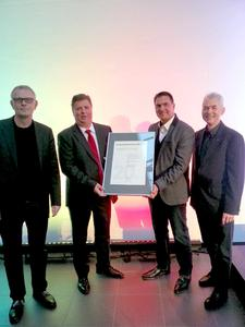 Überreichung der Urkunde für Schlentzek & Kühn durch Vertreter von Schüco International.