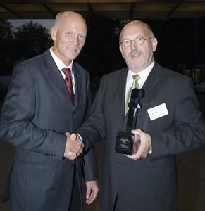 Impulse Redakteur Michael Jansen überreicht DATAC-Vorstand Joseph Einhell den Preis als Franchisegeber des Jahres 2007
