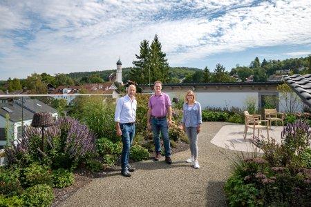 Ulf Walliczek, Rasso Rebay von Ehrenwiesen und Lena Volk (von links) auf dem Dachgarten des SeniorenQuartiers Pilsensee / Bild: bluMartin GmbH