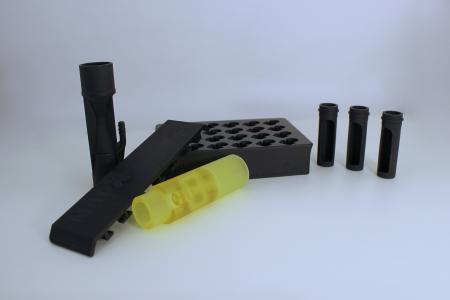 Eine Auswahl an Bauteilen für die Medizintechnik, gedruckt auf einer Caligma 200 von Cubicure