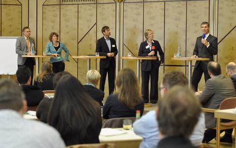 Auf dem Podium v.l.n.r.: Hans Beckmann, Eveline Lemke, Marc Hinderlich, Angelika Gröneveld-Orthoff, Harald Schaub