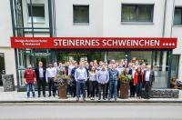 """Die Teilnehmer des 2. ELAM-Anwendertreffen vor dem Tagungshotel """"Zum Steinernen Schweinchen"""""""