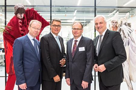 Personen von links nach rechts: Stefan Schreiber (Stellv. IHK Hauptgeschäftsführer), Thomas Westphal (Geschäftsführer der Wirtschaftsförderung Dortmund), Johannes Schulte (Geschäftsführender Gesellschafter der microsonic GmbH, Garrelt Duin (NRW-Wirtschaftsminister)