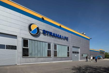 Im Unternehmensdesign der Strama-MPS glänzt die Porenbetonhalle metallisch-silbern und modern (Foto: Caparol Farben Lacke Bautenschutz/Martin Duckek)