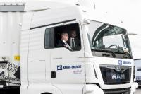 The European Commissioner for Digital Economy and Society Günther Oettinger sat in the passenger seat while a truck drove him around autonomously. | © Knorr-Bremse
