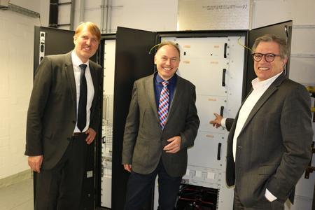 Mark-Uwe Oswald, Heliocentris, Michael Pollmann, Staatsrat für Umwelt und Energie FHH und Dr. Dietrich Graf, technischer Geschäftsführer Stromnetz Hamburg vor der neuen Brennstoffzelle (v.l.n.r.)