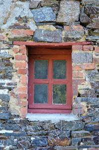 Die Außenmauern des Gästehauses bestehen aus geschichteten Granitsteinen – eine Bauweise, die für die Bretagne typisch ist. Foto: Achim Zielke