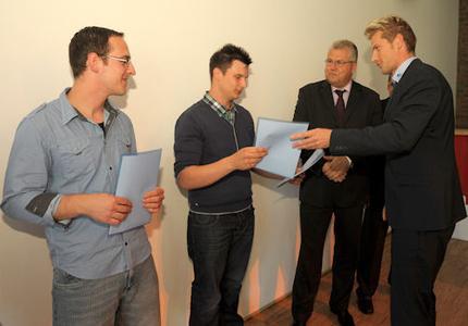 Gardemann Fachberater Moris Illian überreicht den Jahresbesten Gutscheine für eine IPAF-Schulung