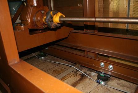 14 Luftfederelemente vom Typ PLM3 wurden ringsum unter der 1.800 kg wiegenden Maschine angebracht und sorgten für eine Reduktion der Schwingungen um 80 Prozent