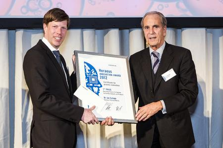 Dr. Jürgen Heraeus handed over the 1st prize for Process Innovation to Dr. Jan Schapp (Heraeus Precious Metals).