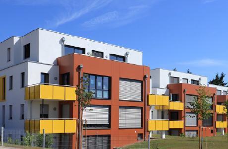 Bei großen Fensterflächen verhindert außenanliegender Sonnenschutz das Aufheizen der Räume. Zusätzlich federt Mauerwerk aus UNIKA Kalksandstein Temperaturspitzen ab. Foto: UNIKA