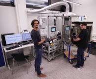 Marcel Spadaro (l) und Dennis Jahn von der Hochschule Aalen spüren mit der neuen Helium-Leckage-Messapparatur kleinste Undichtheiten auf (Foto: © Hochschule Aalen | Shalem Indrupati)