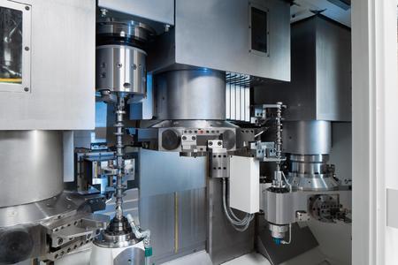 Die komplette Weichbearbeitung vom Ablängen und Zentrieren über das Tieflochbohren bis zum 4-Achs-Drehen erfolgt auf VTC 250 DUO Maschinen