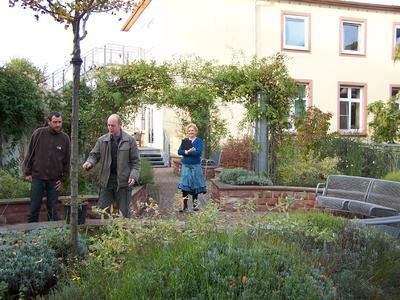 Ideengeber Peter Vaughan (Mitte) mit seinem Mitarbeiter sowie Marion Weber von der Pressestelle des Bürgerhospitals inmitten des ursprünglichen Dachgartens, wie er 2001 errichtet wurde.