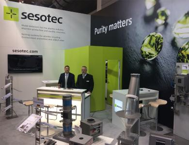 At Sesotec's trade fair stand Manuel Rückert (left) and Jörg Schaper presented metal separators for the protection of injection moulding machines, extruders, and blow moulding machines / Photo: Sesotec GmbH