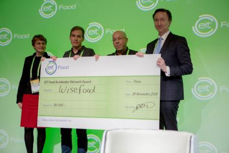 Philipp Silbernagel from wisefood receives the EIT Food Accelerator Network Programme