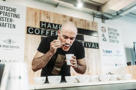Deutschlands bester Kaffee-Sensoriker: Nikolai Fürst gewann die deutsche Cup-Tasting-Meisterschaft 2019 auf dem Hamburg Coffee Festival.  /Foto: neun a ohg/Sinan Muslu