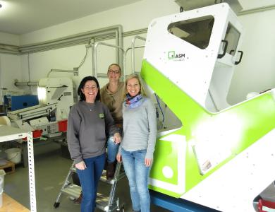 Doris Lengauer (on the right), Head of the experimental station for special crops in Wies, is happy with her team about the new color sorting device.