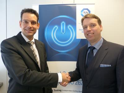 Michael Landwehr, SynSpace (li.) und Andreas Bärwald, TÜV SÜD Automotive, freuen sich auf die zukünftige Zusammenarbeit