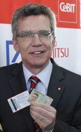 Bundesinnenminister Thomas de Maizierehat mit seinem neuen Personalausweisdas Messegelände betreten