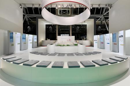 Das Präsentationspodest im Zentrum auf der HMI 2012