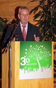 BGL-Präsident August Forster stellte in seinem Grußwort die gemeinsame Arbeit der Verbände im Rahmen der Initiative Charta Zukunft Stadt und Grün vor. Bildquelle: Petra Reidel / Redaktionsbüro Blätterwerk