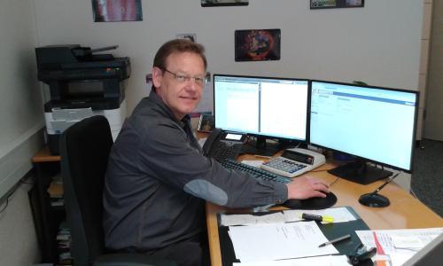 So sieht ein typischer digitaler Sachbearbeiter-Arbeitsplatz aus: Torsten Meier vom Standort Lübbecke arbeitet seit Dezember 2017 mit der digitalen Sozialakte. (Foto: Kreis Minden-Lübbecke)