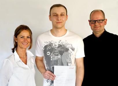 v.l. Claudia Sasse (Ausbilderin Mikrotechnologen), Tim Koziolek (Landesbester Mikrotechnologe), Guido Meyer (Vorstand für Produktion)