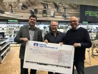 Oliver Stotz (Bürgerstiftung), Kilian Miller (Miller GmbH) und Rudi Dentler (Bürgerstiftung) bei der Spendenübergabe (v.l.n.r)
