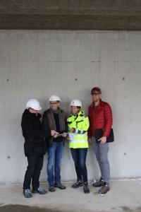 Phase 1 abgeschlossen: Die Abnahme des Rohbaus erfolgt mit der Zustimmung aller Beteiligten (v.l.) Michael Druffel (Projektleiter krz), Axel Bley (Schwakenberg | Bley Architektenpartnerschaft mbb), Britta Dierking (Eggersmann Anlagenbau Concept GmbH), Joachim Scholz (Scholz Hoch- und Stahlbetonbau GmbH)