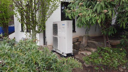 Außengerät einer montierten Panasonic Luft-Wärmepumpe © iKratos
