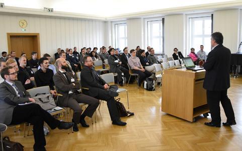 Prof. Paul Weaver von der University of Bristol begeisterte die Teilnehmer mit seiner Einführung zur variabel-axialen Faserarchitektur