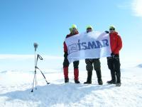Drei Mitglieder des Ísmar-Teams auf dem höchsten Berg Islands, dem Vatnajokull-Gletscher. Sie stiegen im Jahr 2016 zum Gipfel auf, brachten die Ísmar-Flagge mit und vermaßen sogar den Gipfel neu.