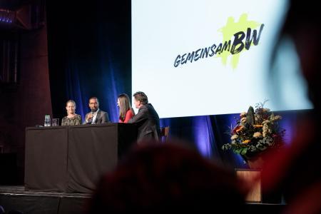 Antje von Dewitz, Cacau und Minister für Soziales und Integration Manne Lucha mit Moderatorin Pinar Atalay auf der Verleihung des Integrationspreises