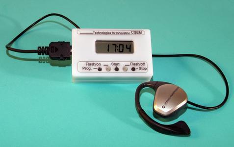 """Der Monitor """"Pulsear"""", der in die Kopfhörer eines Walkman integriert ist und dabei die Herzfrequenz misst"""