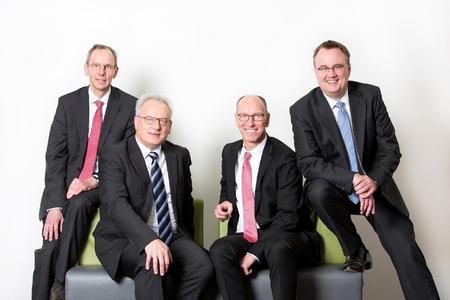 BU: Thomas Tauer (2. v. l.) und Till Vieregge (l.) sind neue Vorstandsmitglieder bei der akquinet AG. Sie unterstützen Dirk Aagaard (3. v. l.) und Klaus-Dieter Gerken, die in ihren bisherigen Funktionen weiter tätig sind. Foto: akquinet