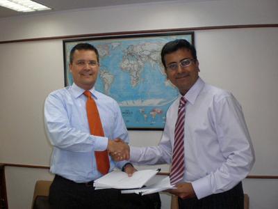 Robert Bommers, Leiter des Geschäftsbereichs Automotive Asia/Pacific der BLG, und Yogesh Parekh, Managing Director der Orchid Shipping Pvt. Ltd., nach der Vertragsunterzeichnung