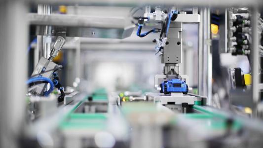 In der Lernfabrik 4.0 werden hochtechnologische Inhalte realitätsnah vermittelt – bei der Fertigung kleiner Lego-Autos.