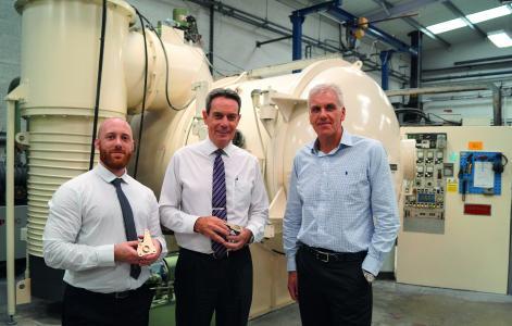 Business Development Manager Jonathan Riches, Geschäftsführer David Cox und Werkleiter Paul Brown vor einer IVD-Beschichtungskammer (von links nach rechts)