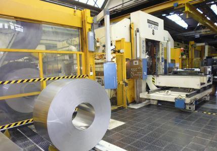 Der Bandstahl wird mit bis zu 300m/min dressiert und die Oberflächenrauheit muss bis auf wenige Nanometer innerhalb der Toleranz bleiben.