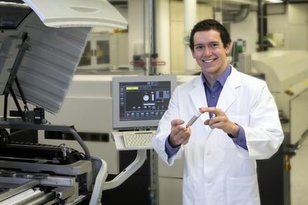"""Daniel Hanselmann und sein Team von Heraeus Materials Technology gewannen in der Kategorie """"Beste Produktinnovation"""" für die Entwicklung eines neuen leitfähigen Klebstoffs mit verringertem Silbergehalt. Quelle: Heraeus"""
