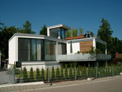 Holzbau modern: Dass Häuser aus Holz Chic und Charme haben, beweisen tausende architektonisch reizvolle Objekte der über 300 Mitgliedsunternehmen in den holzwirtschaftlichen Verbänden DHV, ZMH und 81fünf. (Foto: Holzbau Egger/DHV, Ostfildern; www.d-h-v.de)