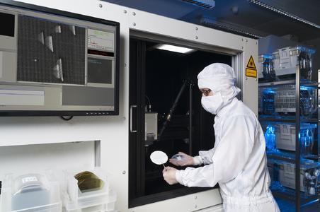 Mit dem neu entwickelten Photolumineszenz-Messsystem lassen sich bereits während der Produktion kleinste Materialfehler in Siliziumkarbid-Wafern nachweisen. Copyright: Fraunhofer IISB