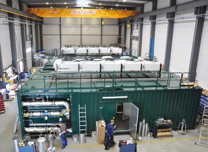 Produktionshalle_MT-B.jpg; Bildunterschrift: Am Firmenstandort in Zeven können drei Anlagen parallel gefertigt werden, sodass MT-Biomethan die drei Anlagen vom Biogas Pool 2 für Stadtwerke fast zeitgleich ans Netz bringen konnte