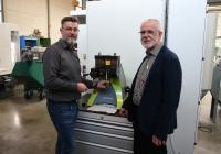 Michael Sieve (links) und Hermann Meyer an der Spanneinheit PGU 9500, die Werkzeugbau Kröger einen noch breiteren Einsatz des powRgrip-Systems ermöglicht (Bild: Rego-Fix)
