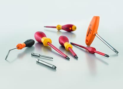 Weidmüller ergänzt sein Schraubendreher-Sortiment um einen abgewinkelten Federstecher, Innensechsrund(Torx®-) Quergriffe und Bits, Plus-Minus-Schraubendreher und -Wechselklingen sowie Robertson- (Innen-Vierkant-) Schraubendreher