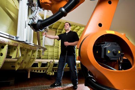 """Mensch-Roboter-Koordination: VDI-Fachkonferenz """"Assistenzroboter in der Produktion"""" am 10. und 11. Dezember 2014 in Frankfurt (Bild: VDI Wissensforum GmbH/Kellenberger Kaminski Photographie GmbH)"""