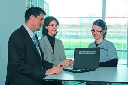 Festo bildet in 12 technischen und kaufmännische Berufen und 7 Studiengängen der Berufsakademie aus. Die Ausbildungsquote liegt bei 7,2%.